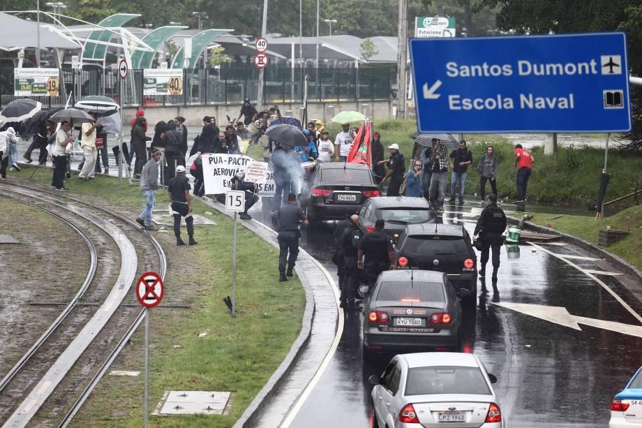 Manifestantes fecham a via de acesso ao Aeroporto Santos Dumont, no Centro do Rio de Janeiro, impedindo a passagem de veículos aos terminais de   embarque e desembarque - 28/04/2017