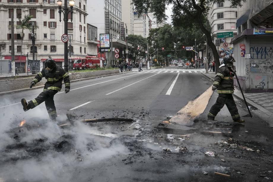 Bombeiros removem barricadas feitas por manifestantes na avenida Ipiranga, no centro de São Paulo, em dia de greve geral promovida por entidades sindicais contra as reformas trabalhista e da Previdência, propostas pelo governo Michel Temer - 28/04/2017