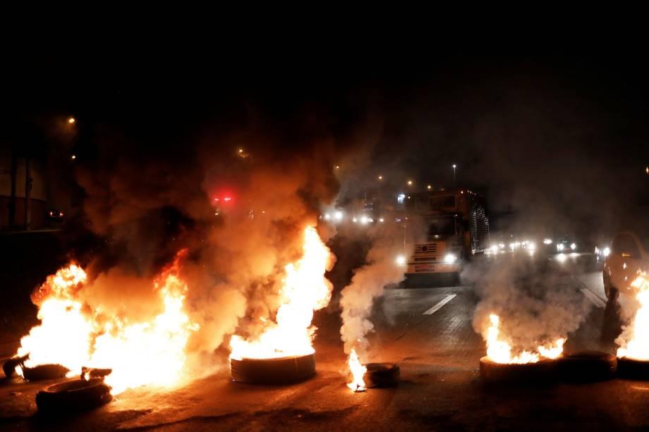 Barricadas bloqueiam trecho da via Dutra durante um protesto contra o presidente Michel Temer - 28/04/2017