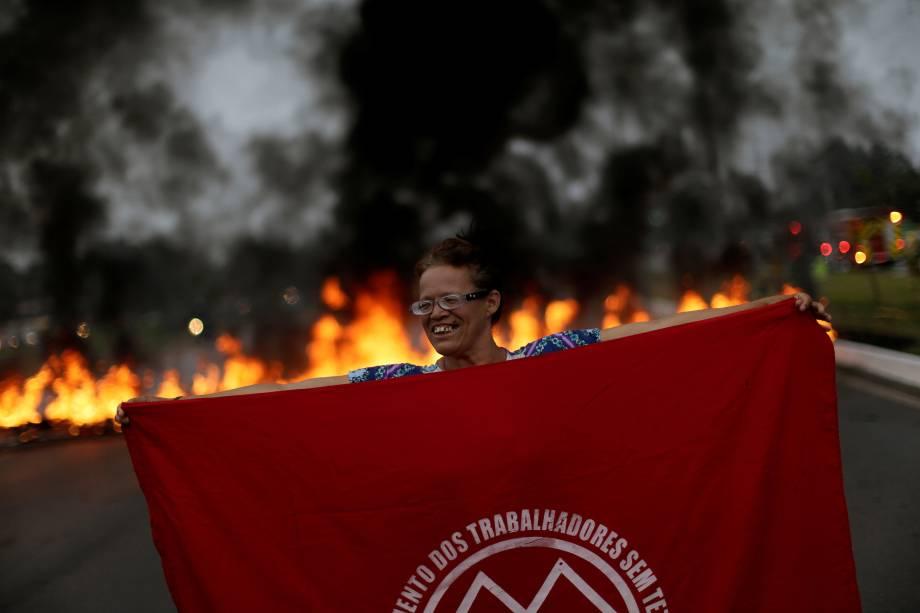 Manifestantes do Movimento dos Trabalhadores Sem Teto (MTST), fazem uma barricada durante protesto contra o presidente Michel Temer em Brasília - 28/04/2017