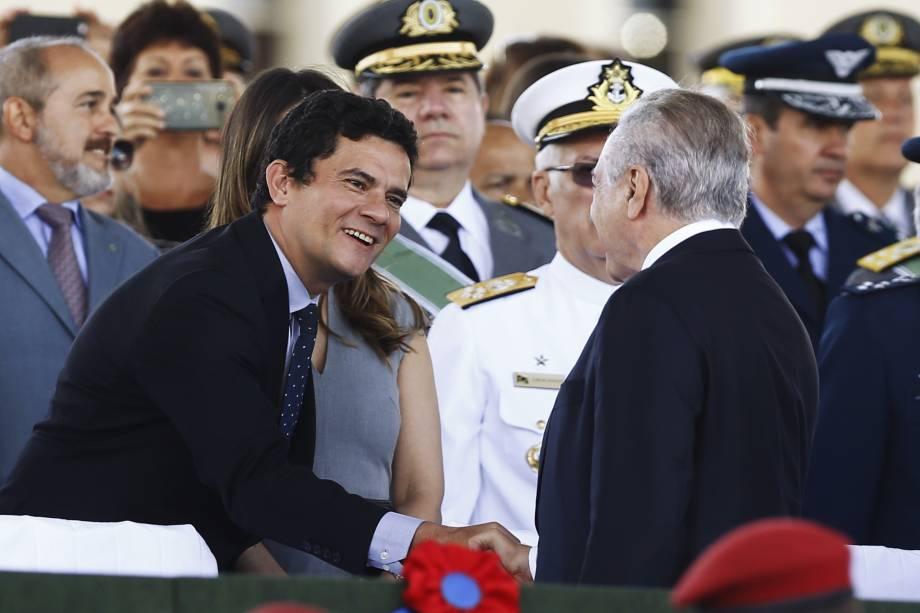 O presidente Michel Temer e o juiz federal Sérgio Moro se cumprimentam em solenidade comemorativa ao Dia do Exército, em Brasília (DF) - 19/04/2017