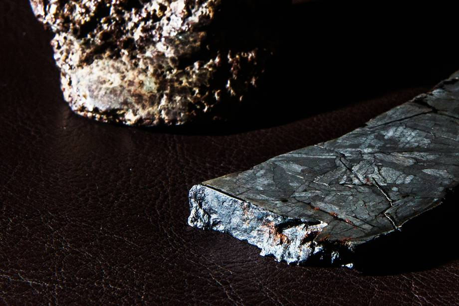 Meteorito rochoso, à esquerda, e meteorito metálico, à direita, adquiridos pela Bramon