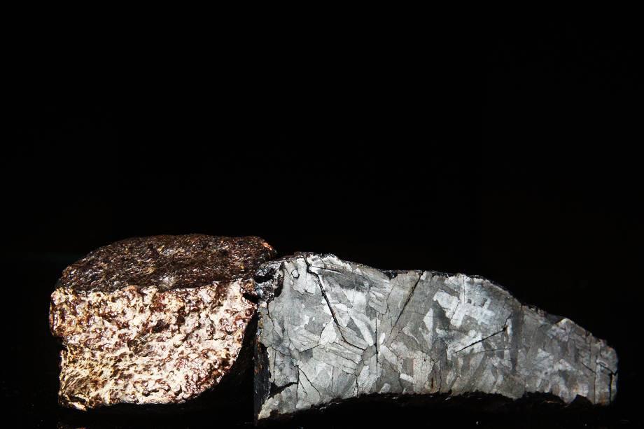 Meteorito rochoso, à esquerda, e meteorito metálico, à direita, importados do Marrocos pela Bramon