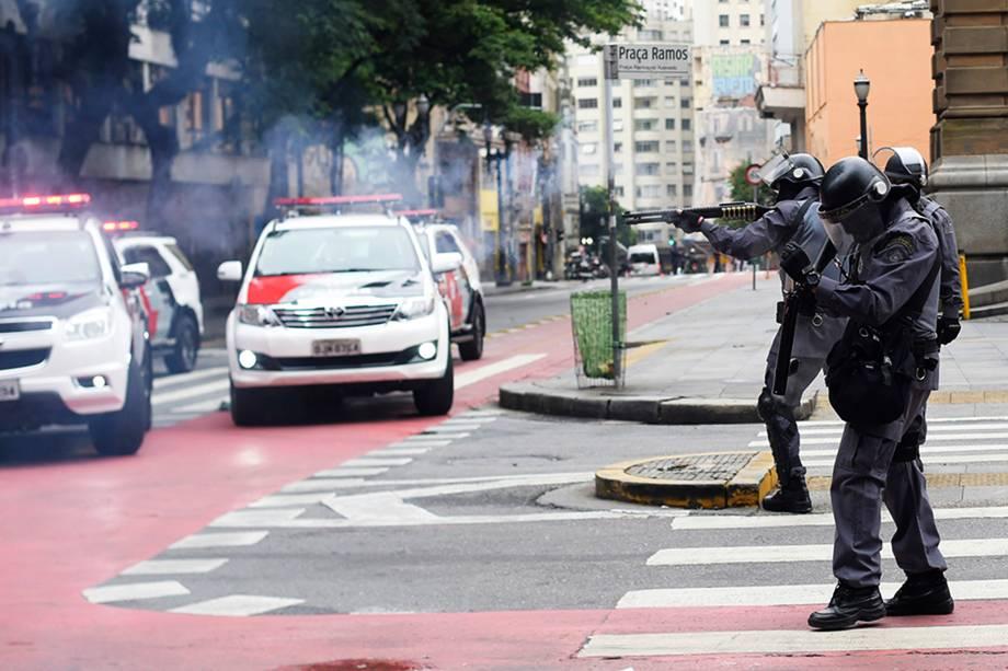Polícia dispersa manifestantes na região do Theatro Municipal no centro de São Paulo - 28/04/2017