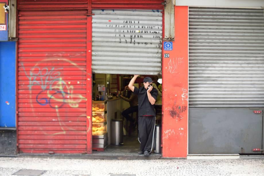 Comércio no centro de São Paulo amanhece com as portas fechadas durante greve geral convocada por sindicatos e movimentos sociais em protesto às reformas do governo Michel Temer  - 28/04/2017