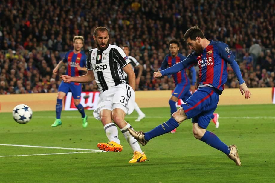 Lionel Messi , do Barcelona, chuta para o gol durnate partida contra a Juventus