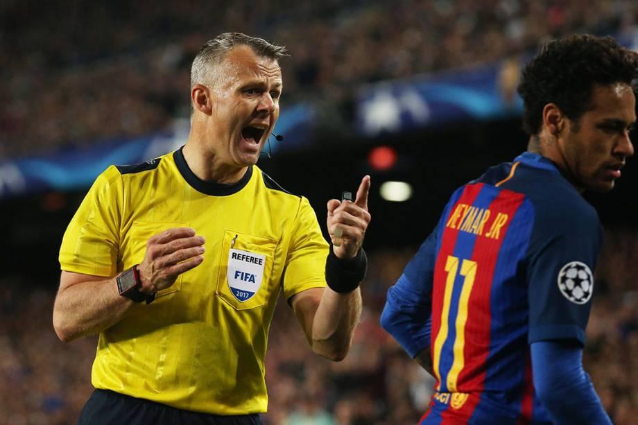 O juiz Bjorn Kuipers dá bronca em Neymar durante partida entre Barcelona e Juventus