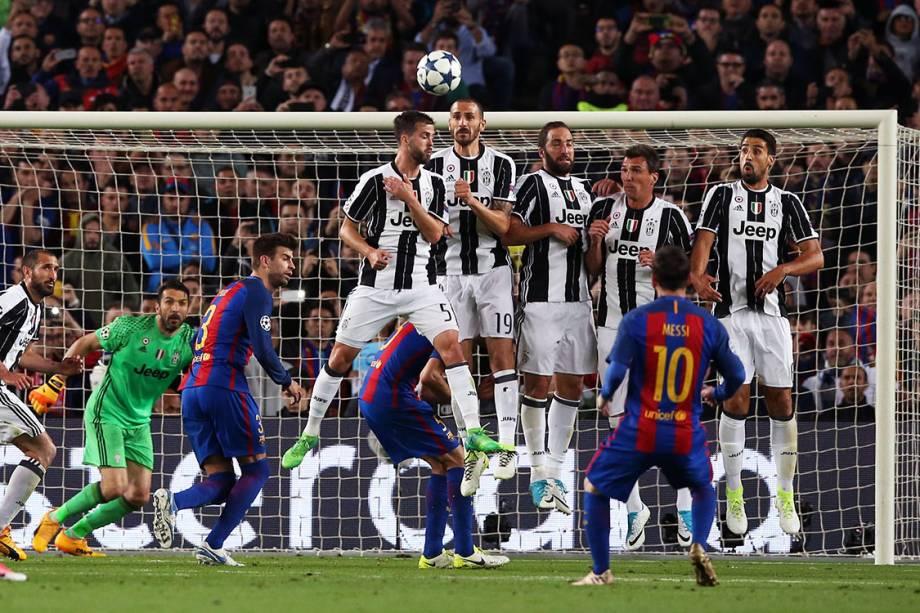 Messi cobra falta na partida entre Barcelona e Juventus