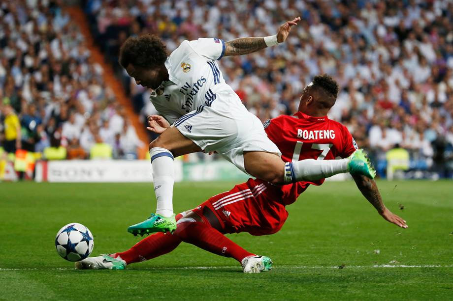 Disputa de bola entre Marcelo, do Real Madrid, e Boateng, do Bayern de Munique, durante as quartas de final da<span></span><span>Liga dos Campeões</span>, na Espanha