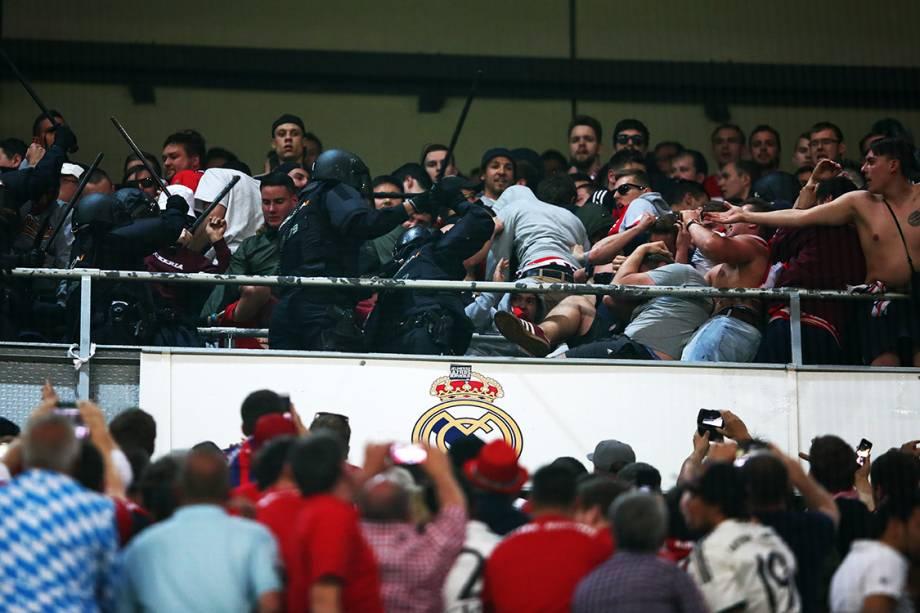 Torcedores e polícia entram em confronto durante o jogo entre Real Madrid e Bayern de Munique durante as quartas de final da<span></span><span>Liga dos Campeões</span>, na Espanha