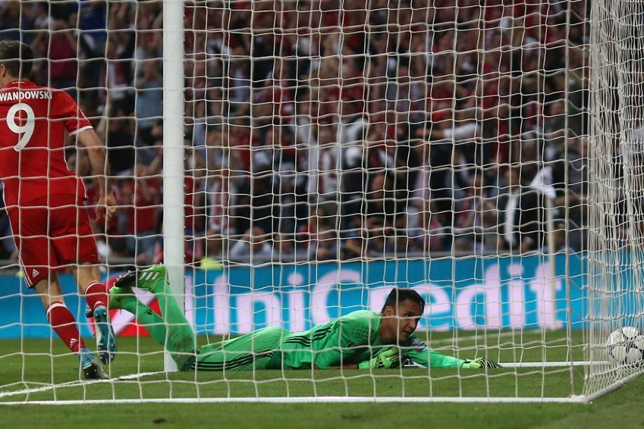 O goleiro Keylor Navas, do Real Madrid, olha para a bola após Sérgio Ramos marcar um gol contra pelas quartas de final da<span></span><span>Liga dos Campeões</span> contra o Bayern de Munique, na Espanha