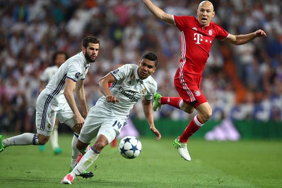 Disputa de bola no jogo entre Real Madrid e Bayern de Munique