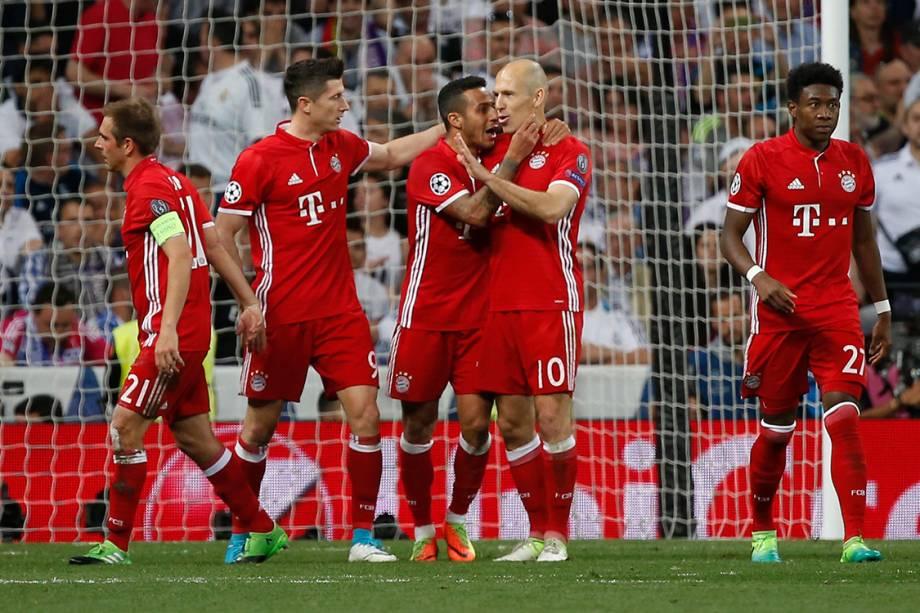 Jogadores do Bayern de Munique comemoram o gol contra de Sérgio Ramos, do Real Madrid