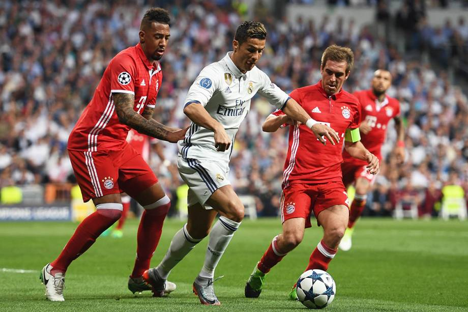 Cristiano Ronaldo, do Real Madrid, disputa a bola durante as quartas de final da<span></span><span>Liga dos Campeões</span> contra o Bayern de Munique, na Espanha