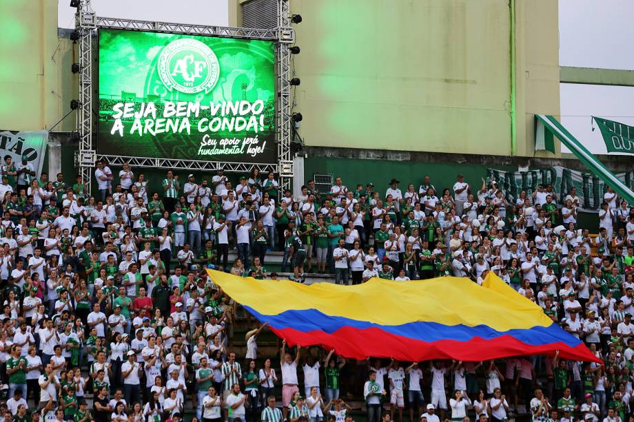 Torcedores fazem festa na Arena Condá, onde a Chapecoense recebeu o Atlético Nacionalna partida de ida da Recopa Sul-Americana