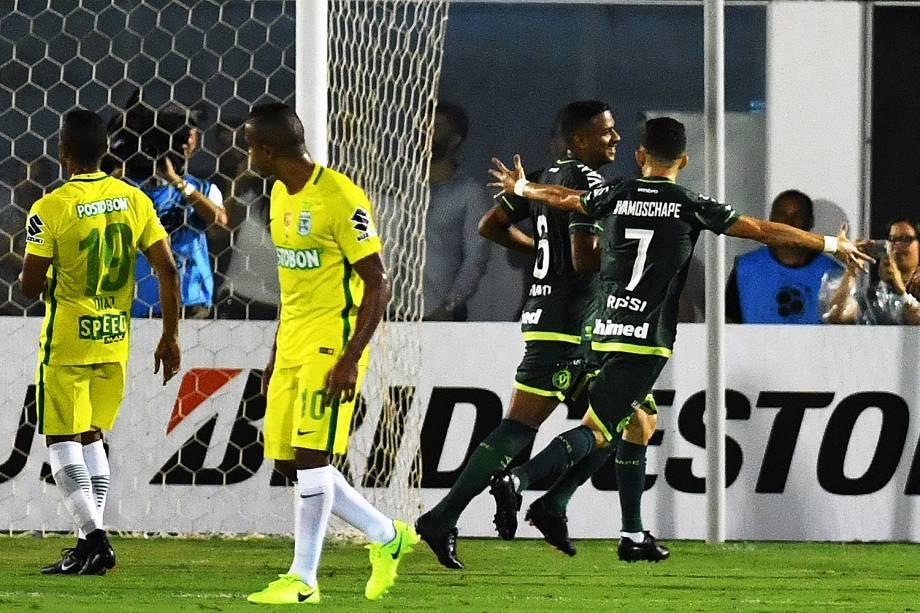 O jogador Reinaldo comemora gol durante a partida entre Chapecoense e Atlético Nacional, válida pela Recopa Sul-Americana, na Arena Condá, em Chapecó