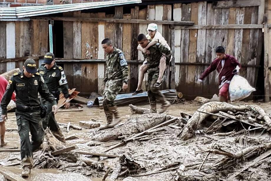 Forças armadas da Colômbia divulga imagens do trabalho das equipes de emergência em Mocoa - 02/04/2017