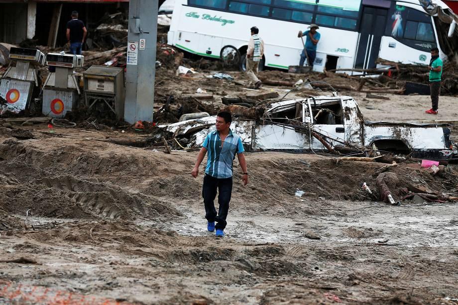 Homem caminha em meio a área destruída pelas chuvas em Mocoa, na Colômbia - 02/04/2017