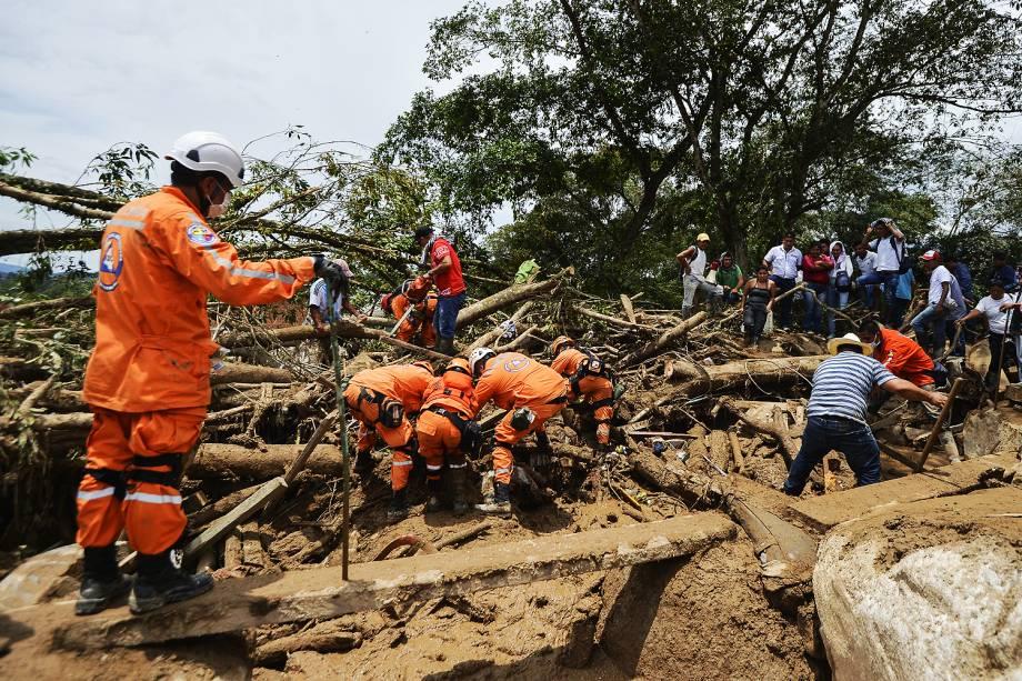 Equipes de emergência após avalanche de água e pedras causada pelo transbordamento de três rios, que destruiu vários bairros da cidade de Mocoa, capital do departamento de Putumay, na Colômbia - 02/04/2017