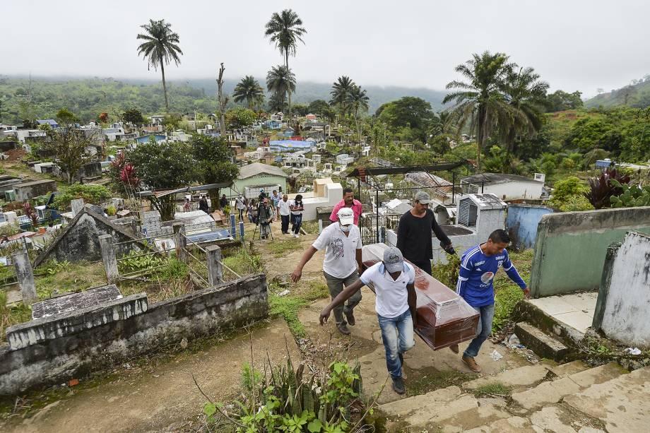 Pessoas que perderam familiares após avalanche de água e pedras causada pelo transbordamento de três rios, que destruiu vários bairros da cidade de Mocoa, capital do departamento de Putumay, na Colômbia - 03/04/2017
