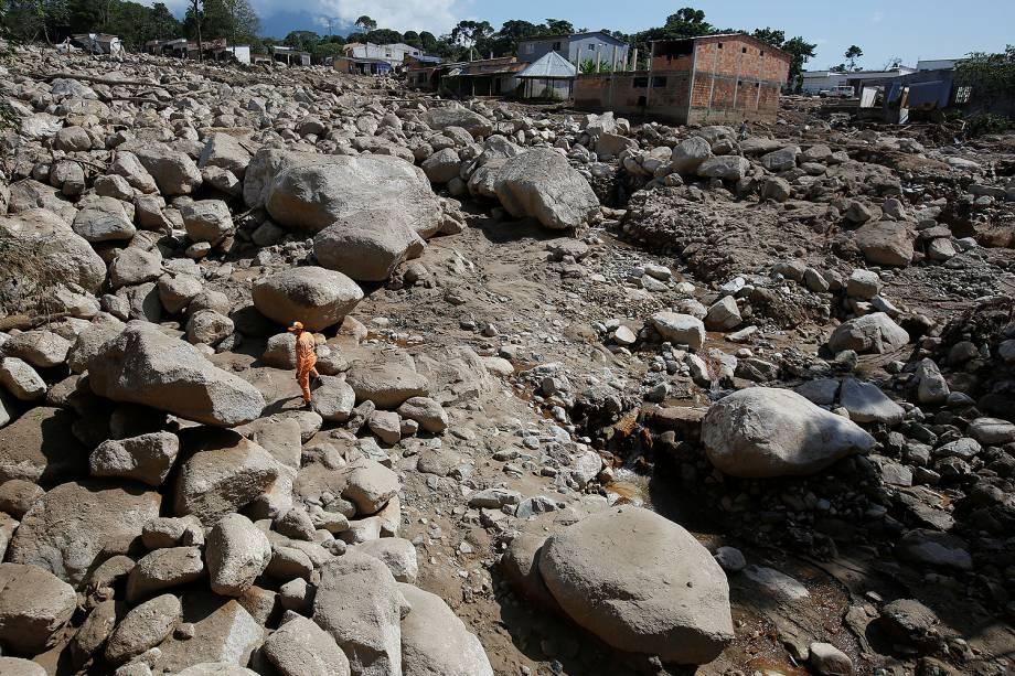 Bombeiro procura corpos em uma área destruída após inundações e deslizamentos de terra em Mocoa, Colômbia - 04/04/2017