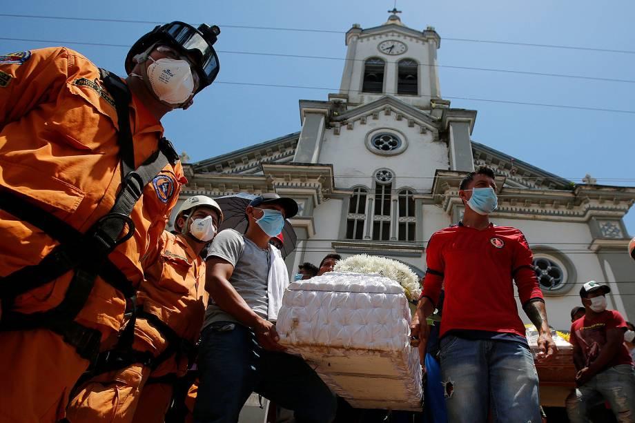 Colômbia enterra vítimas de deslizamento após inundações e deslizamentos de terra em Mocoa, Colômbia - 04/04/2017