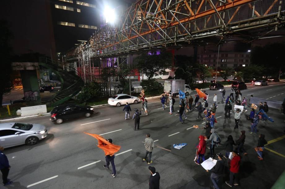 Manifestantes ligados a Força Sindical tentam bloquear o acesso ao Aeroporto de Congonhas em São Paulo - 28/04/2017