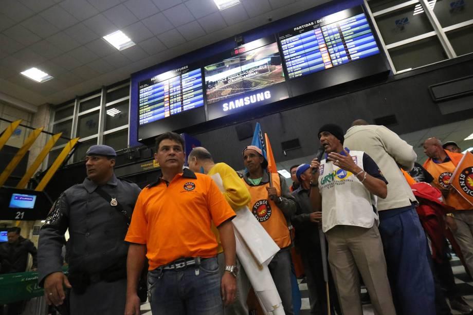 Manifestantes ligados a Força Sindical fazem ato no Aeroporto de Congonhas em São Paulo - 28/04/2017