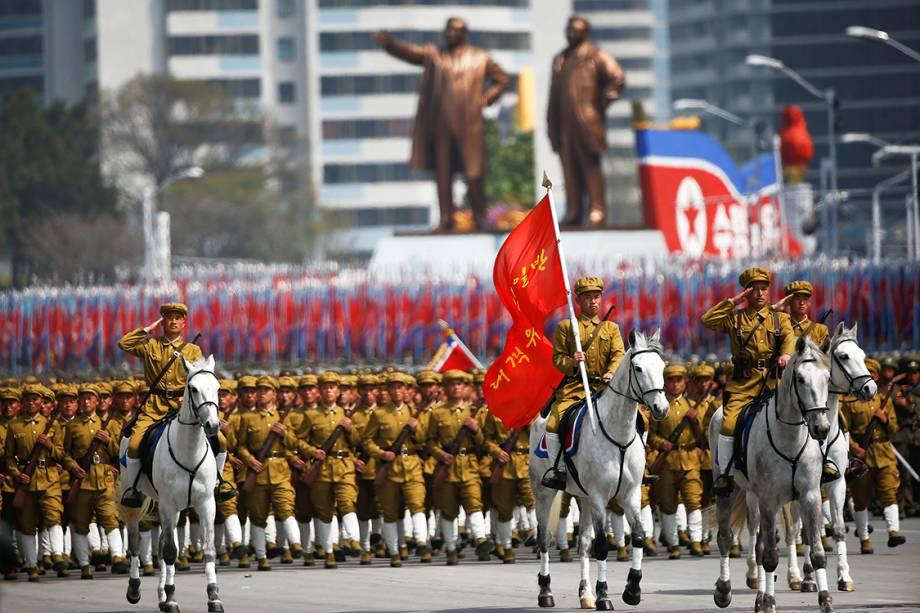 """Militares marcham em parada que comemora o """"Dia do Sol"""", data que marca o aniversário de 105 anos de Kim Il Sung, ex-líder da Coreia do Norte - 15/04/2017"""