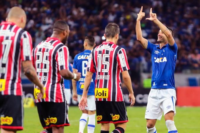 Thiago Neves, do Cruzeiro, comemora após marcar gol de falta contra o São Paulo