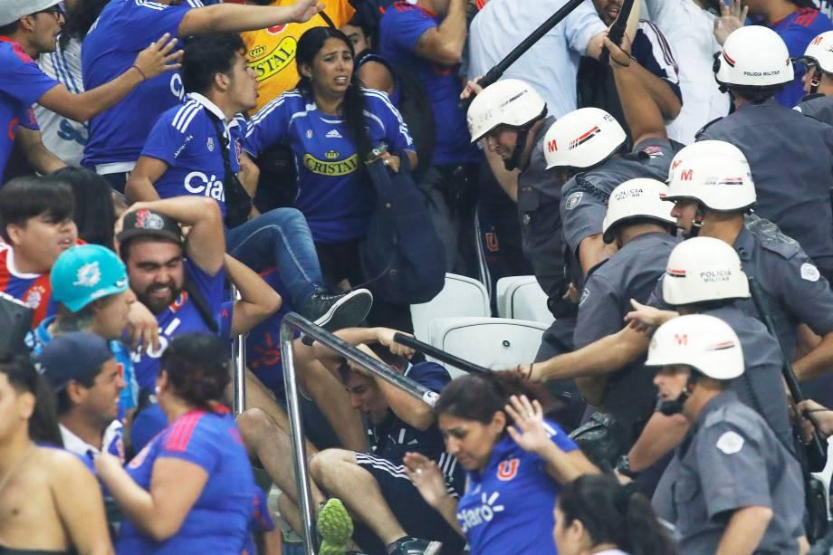Briga entre a PM e a torcida do Universidad do Chile durante jogo contra o Corinthians no Itaquerão, válido pela Copa Sul-Americana - 05/04/2017