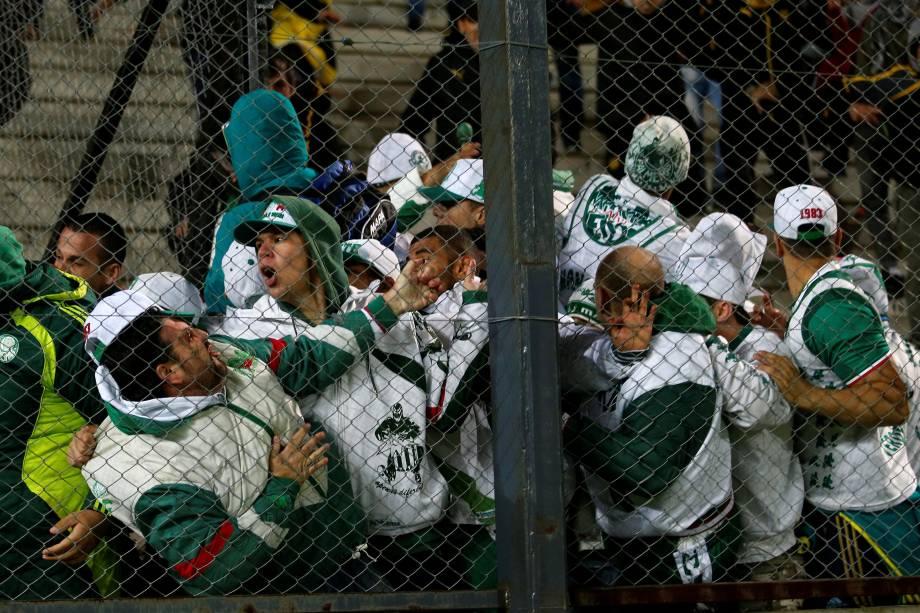 Torcedores de Palmeiras e Peñarol provocam brigam generalizada nas arquibancadas do estádio Campeón del Siglo, em Montevidéu após partida da Libertadores - 26/04/2017