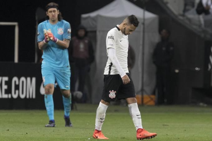 Cássio e Maycon durante derrota para o Internacional