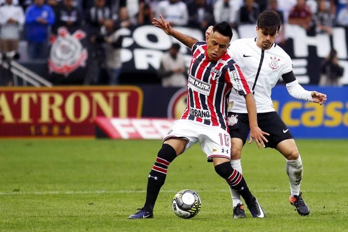 Cueva e Fagner disputam a bola na partida entre Corinthians e São Paulo, pelo Campeonato Paulista, em São Paulo