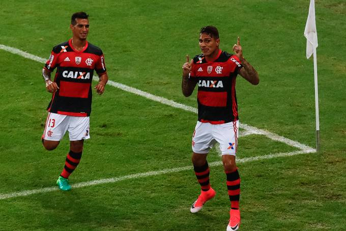 Paolo Guerrero, do Flamengo, comemora gol sobre o Atlético-PR, pela Libertadores, no Maracanã