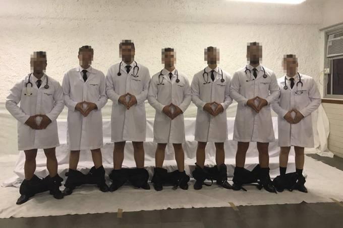 """Formandos em medicina posam para foto fazendo """"piada"""""""