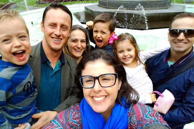 A fotógrafa Luciana Nascimento Martins, de Santa Maria (RS), com a família e amigos: ela foi retirar visto para os EUA no Uruguai