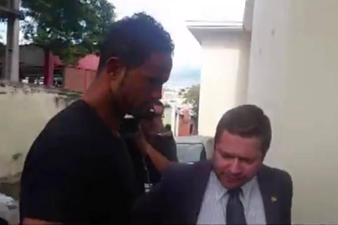 Goleiro Bruno se apresenta à polícia