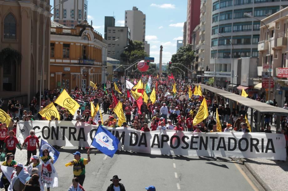 Movimentos sindicais tomaram as ruas de Curitiba durante greve gera na manhã desta sexta-feira (28)