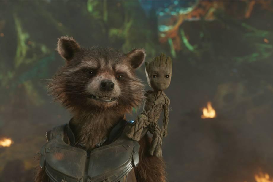 Rocket - dublado por Bradley Cooper - e Baby Groot - dublado por Vin Diesel, em cenas do filme Guardiões da Galáxia 2