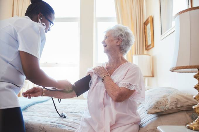 Idosa recebendo cuidados médicos