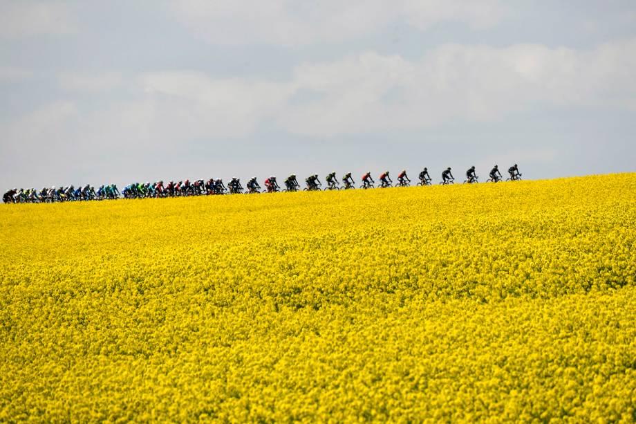 Ciclistas durante a corrida Fleche Wallone indo de Binche para Mur de Huy, na Bélgica - 19/04/2017