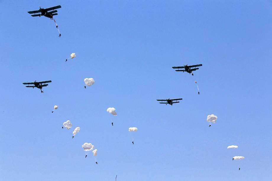 Militares são submetidos à treinamento aéreo na Coreia do Norte - 14/04/2017
