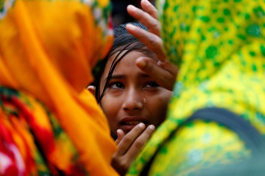 Familiares de vítimas mortas no colapso do edifício Rana Plaza ocorrido em 2013, choram no local durante o quarto aniversário da tragédia em Savar, na periferia de Daca, em Bangladesh - 24/04/2017