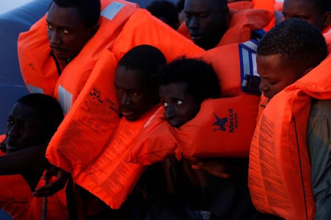 Imigrantes aguardam por resgate no Mar Mediterrâneo