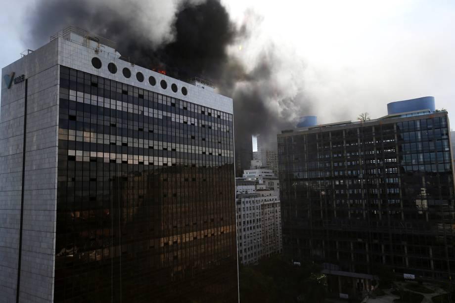 Incêndio atinge o prédio do fundo de previdência da Vale, no Centro do Rio - 19/04/2017