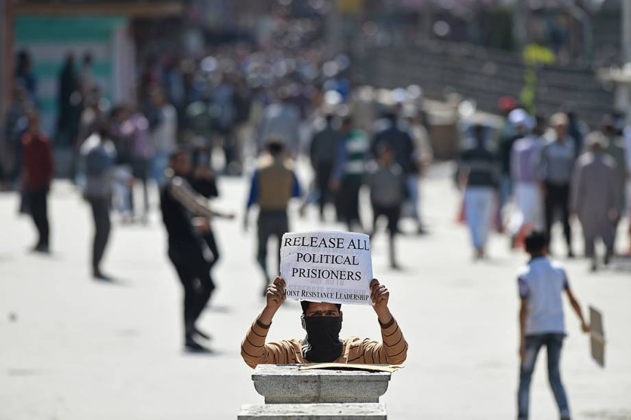 Manifestante protesta pedindo a soltura de presos políticos da Caxemira, na região de Srinagar, na Índia - 14/04/2017