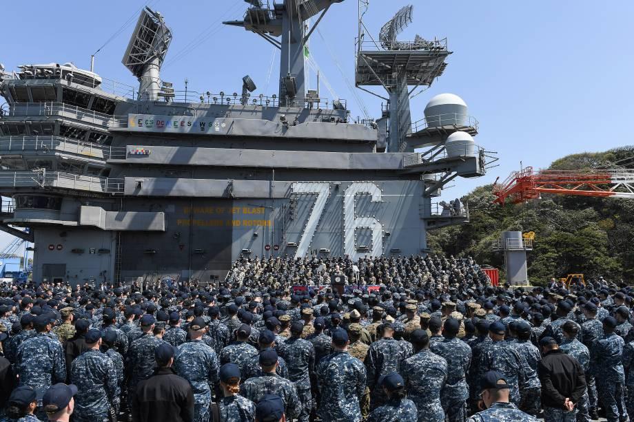 O vice-presidente dos Estados Unidos, Mike Pence, faz pronunciamento a bordo do porta-aviões USS Ronald Reagan em Yokosuka, Kanagawa, no Japão - 19/04/2017