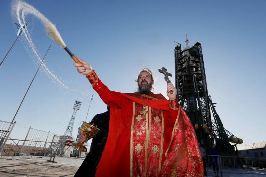 Padre ortodoxo joga água benta na espaçonave Soyuz MS-04 antes do lançamento, no cosmódromo de Baikonur, no Cazaquistão - 19/04/2017