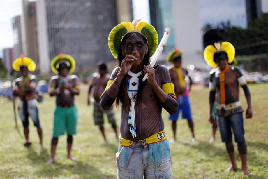 Membros de comunidades indígenas brasileiras protestam contra o presidente Michel Temer, pela  violação dos seus direitos em Brasília (DF) - 24/04/2017